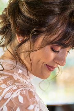 Mariée heureuse dans sa jolie robe de mariée faite sur mesure créatrice Anne-Laure Neves