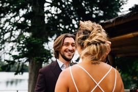 Monsieu découvre sa future femme dans sa superbe robe de mariée