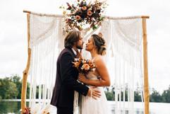 Les jeunes mariés s'embrassent