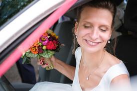 Jolie mariée habillée dans une robe courte unique, réalisée par Anne-Laure Neves