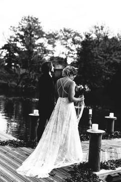 Les mariés avancent vers l'autel de leur cérémonie laïque, la mariée vêtue d'une robe unique