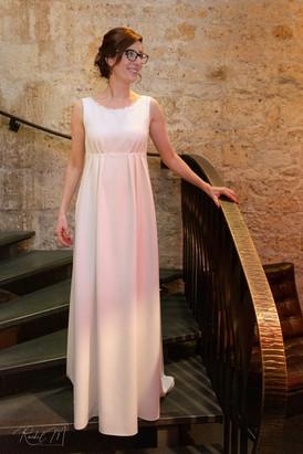 Robe de mariée taille empire et col bateau  avec galon de dentelle et plis, création sur mesure d'Anne-Laure Neves