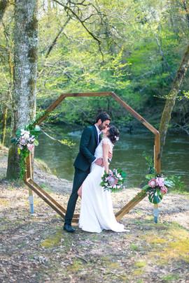 Robe de mariée avec fente créatrice Anne-Laure Neves, arche de mariage