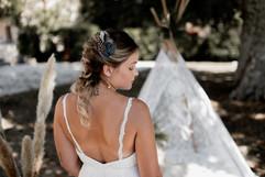 Fine bretelles en dentelle pour cette jolie robe de mariée drapée de la créatrice Anne-Laure Neves