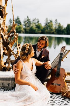 Les mariés sur la page du Domaine du Lac Bleu, la mariée porte une robe créée par Anne-Laure Neves