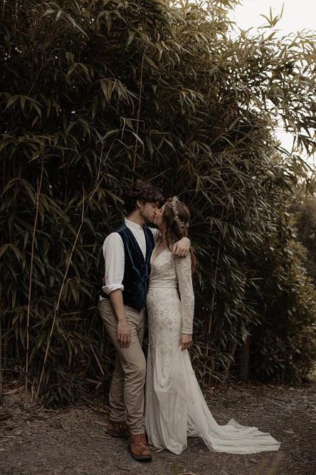 bride groom kissing.jpg