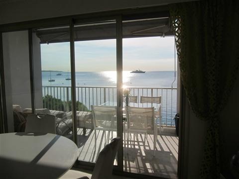 Location Cannes front de mer, Palm Beach, vue du salon