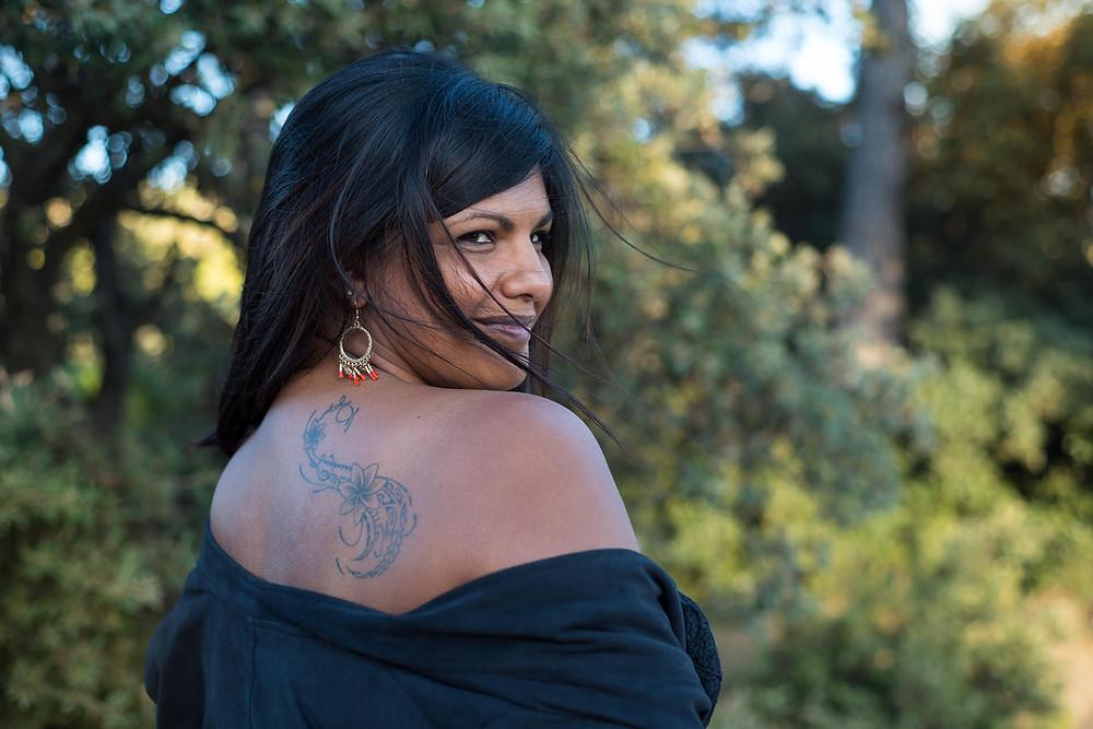 Portrait d'une femme tatouée sur l'épaule
