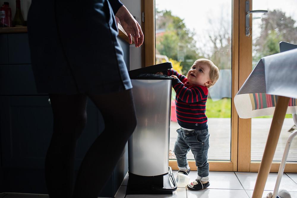 Moment du quotidien - bébé découvre ce qui l'entoure (la poubelle)