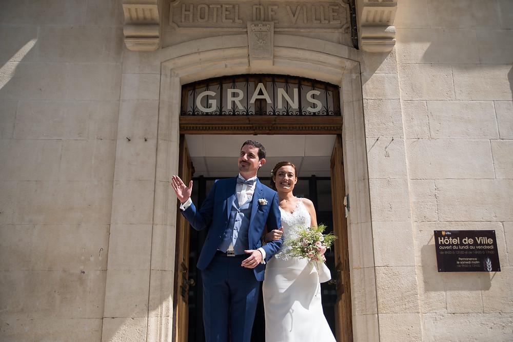 la sortie de la mairie des mariés