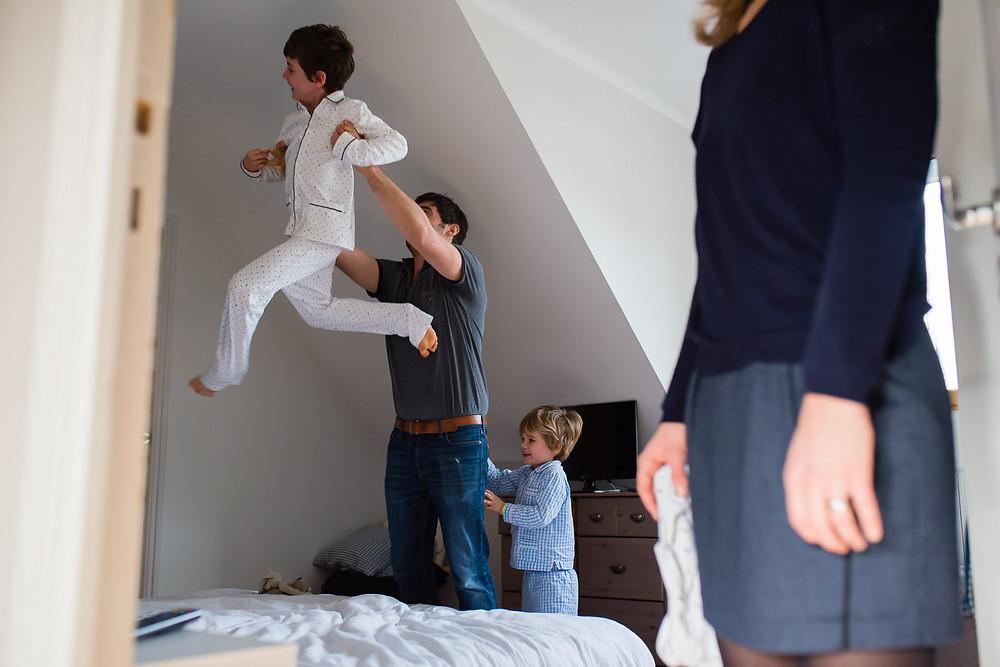 Photo de Famille à domicile - Jeux dans le lit