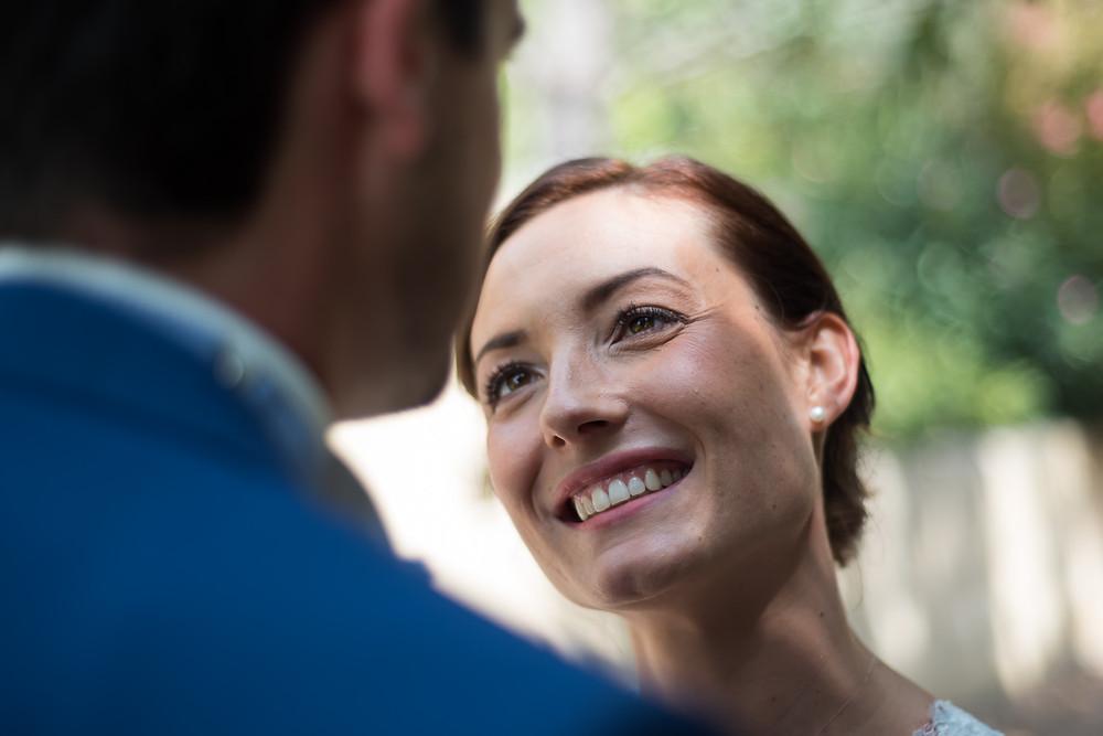 regard amoureux d'une future mariée