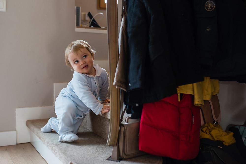 Bébé coquin dans les escaliers