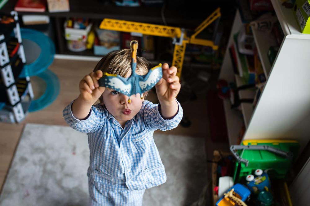 Portrait d'enfant - Jouer aux dinausores