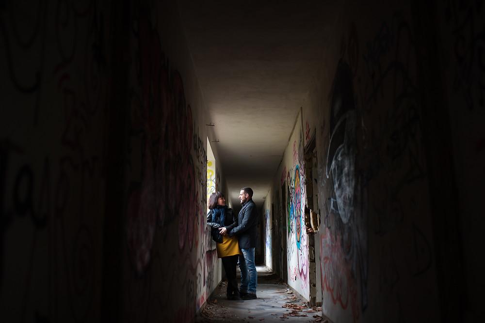 Photo de couple dans le couloir d'un hôtel abandonné
