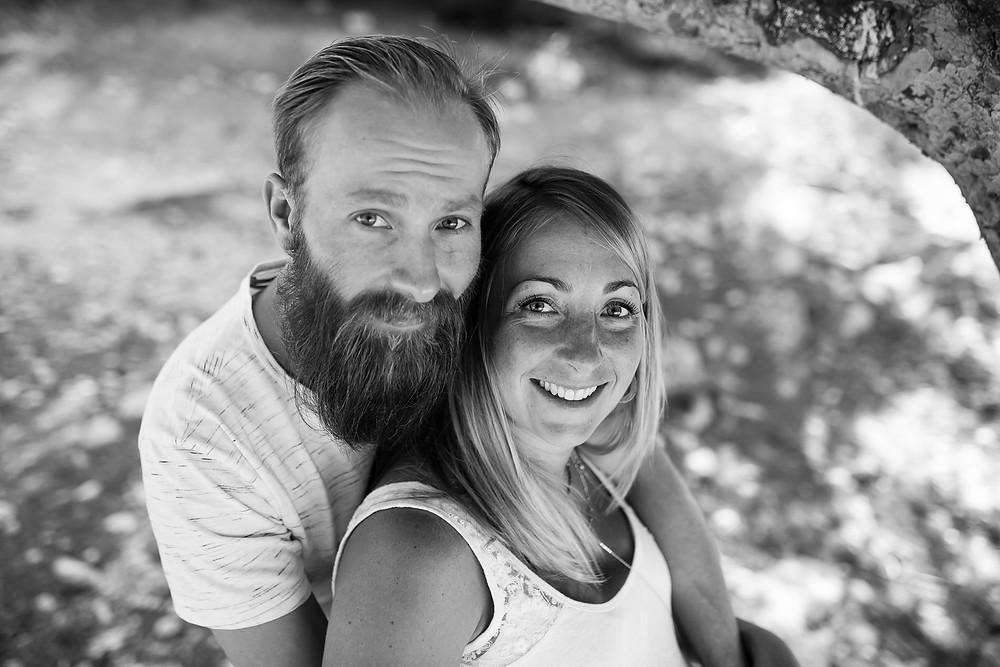Portrait en noir et blanc de futurs parents