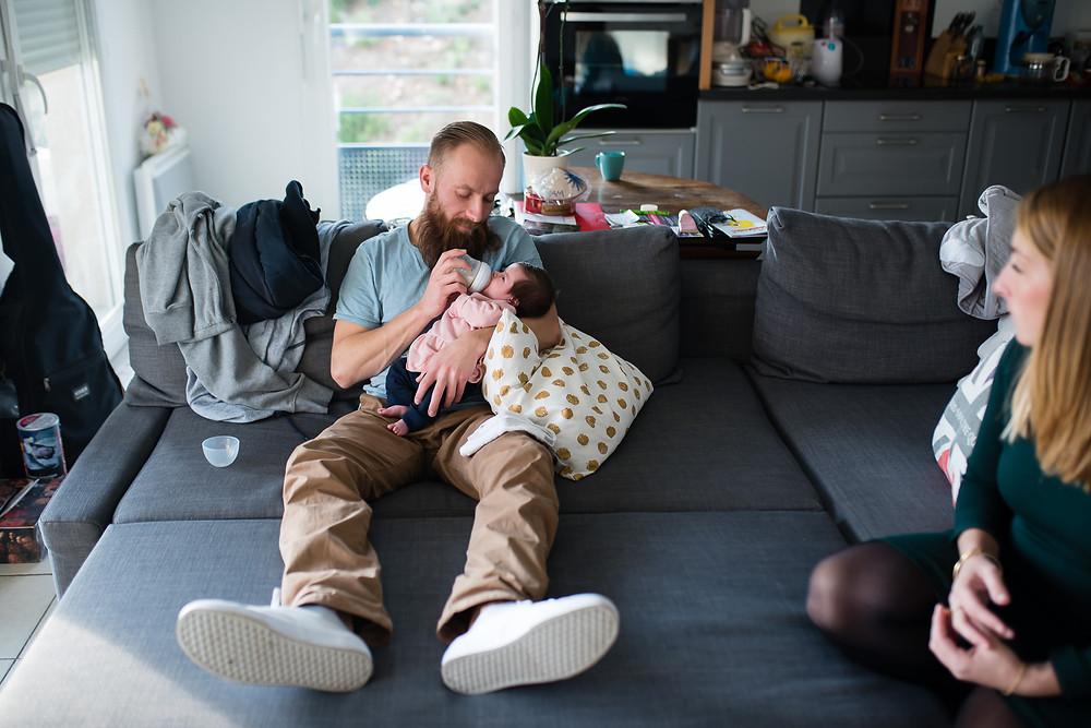 reportage photo naissance - le biberon est donné par papa