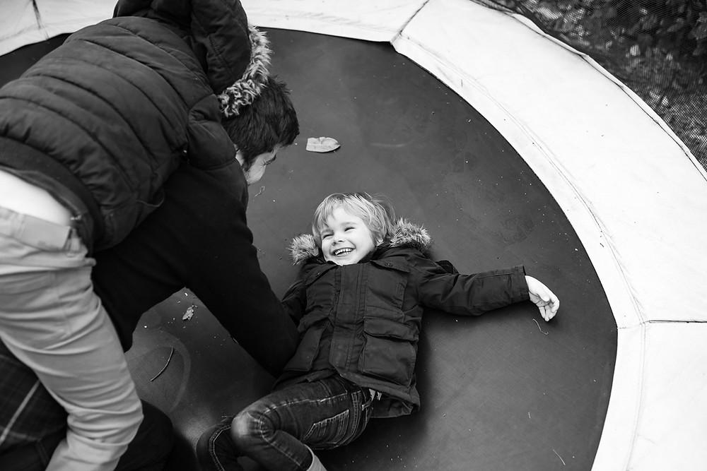 Reportage photo du quotidien - Jouer au trampoline