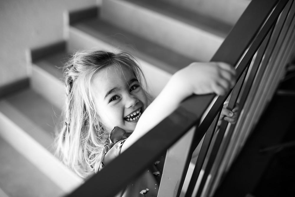 Sourire d'une petite fille en noir et blanc