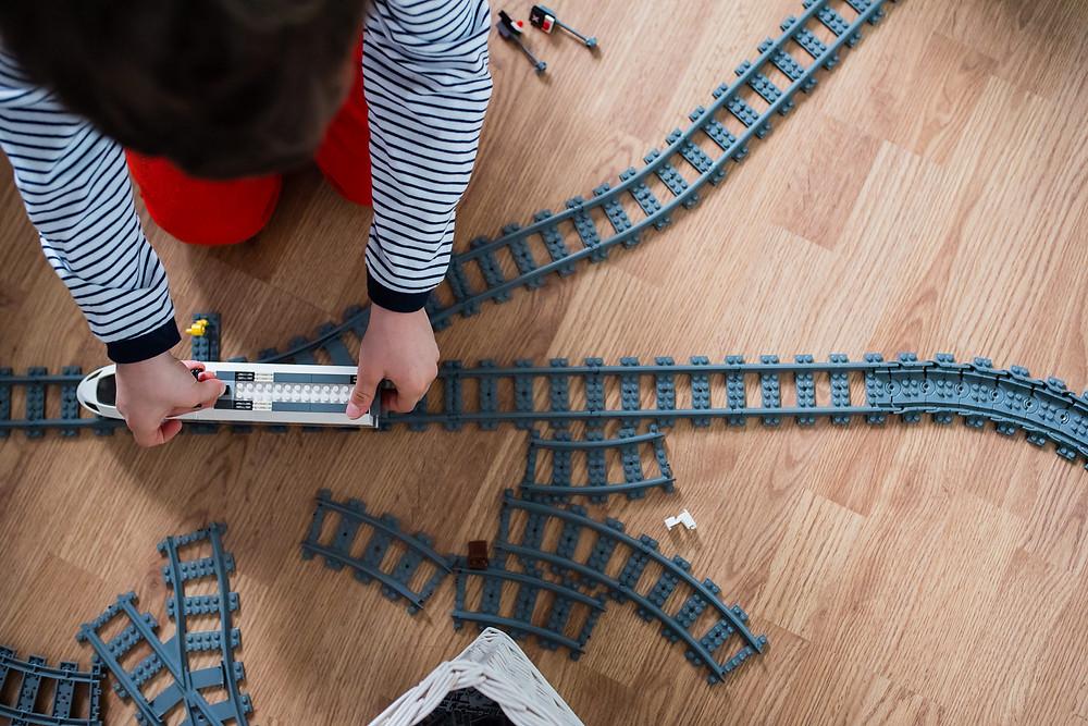 reportage photo à domicile - Jouer au train