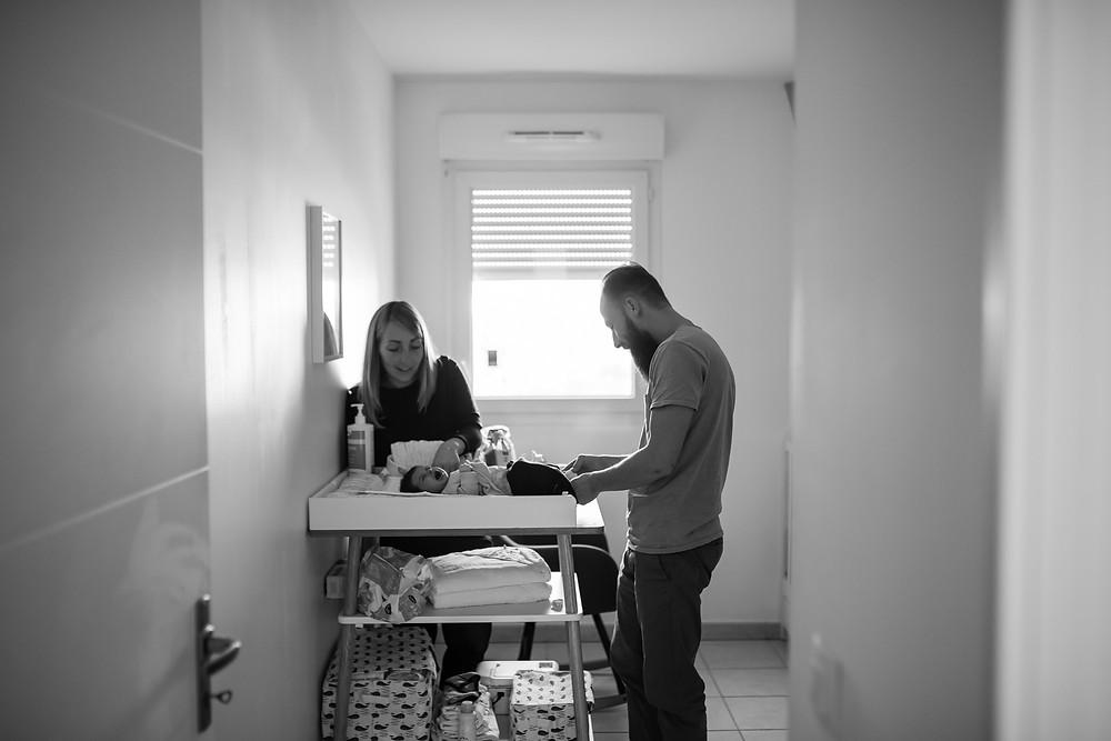 reportage photo nouveau-né - change de bébé avec papa