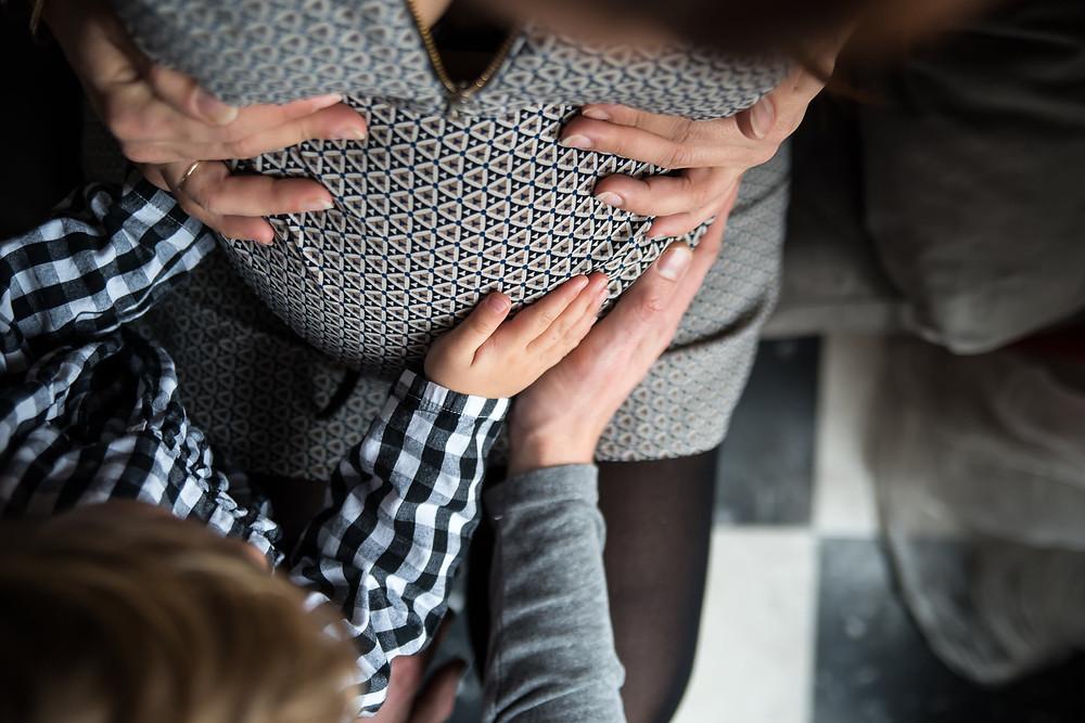 Grossesse : main sur le ventre rond