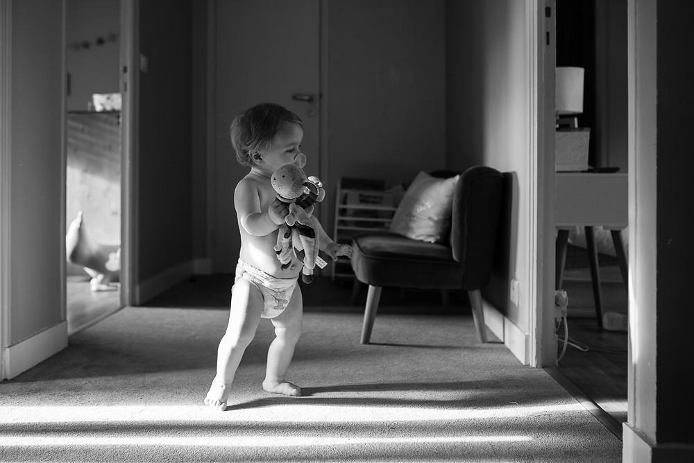 Photo à domicile - Bébé marche avec doudou