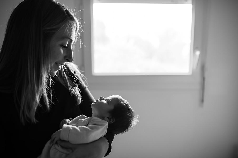 le regard admirateur de maman sur son enfant