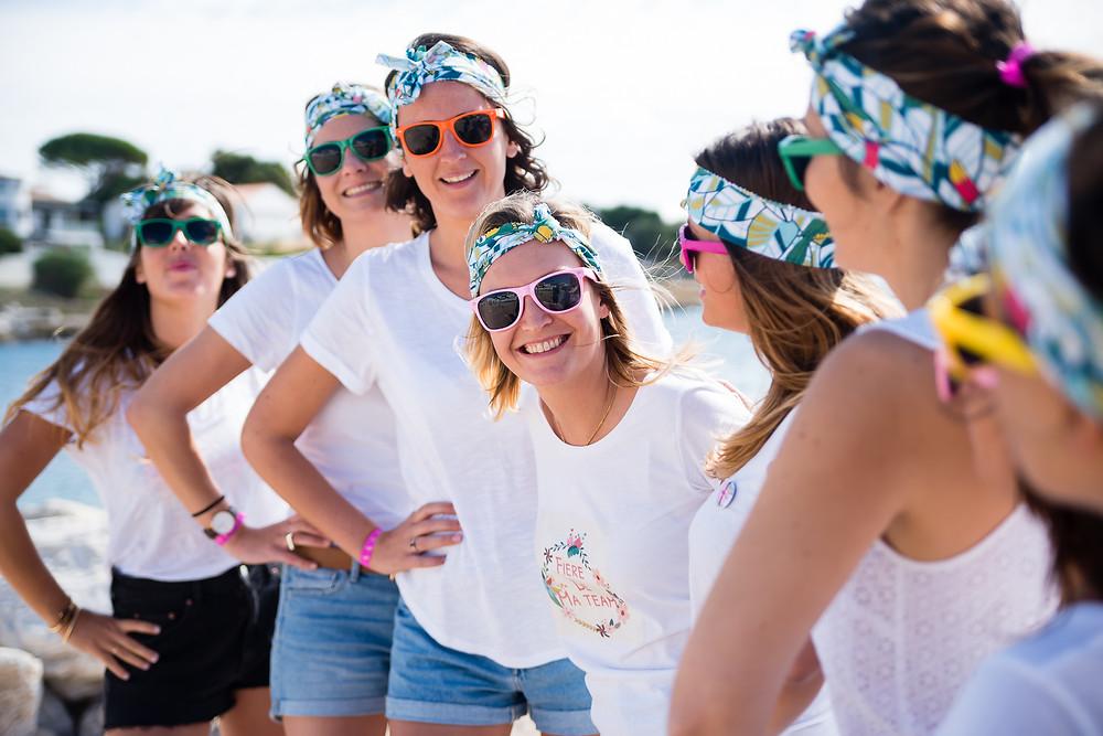 EVJF - Avec des lunettes de soleil colorées