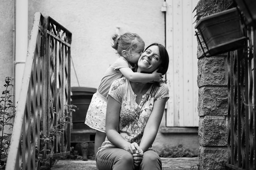 bisous d'une petite fille à sa maman