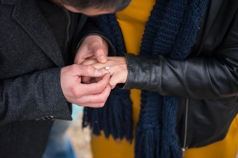 Détail de la bague de fiançailles
