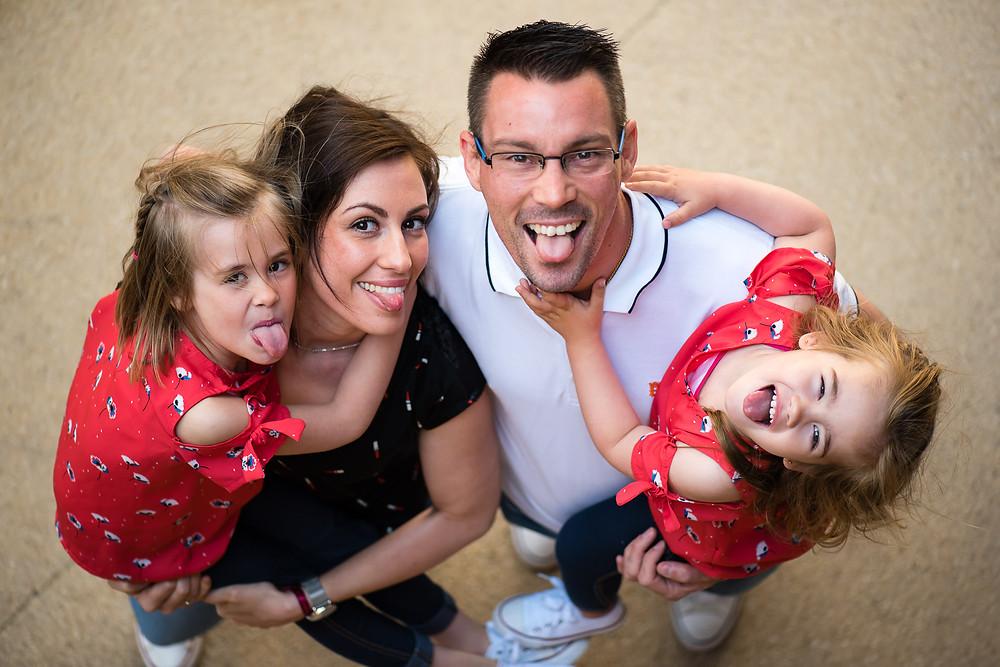 Photo de famille avec grimaces