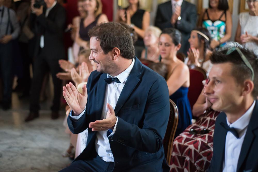 les applaudissements de la famille et des amis des mariés