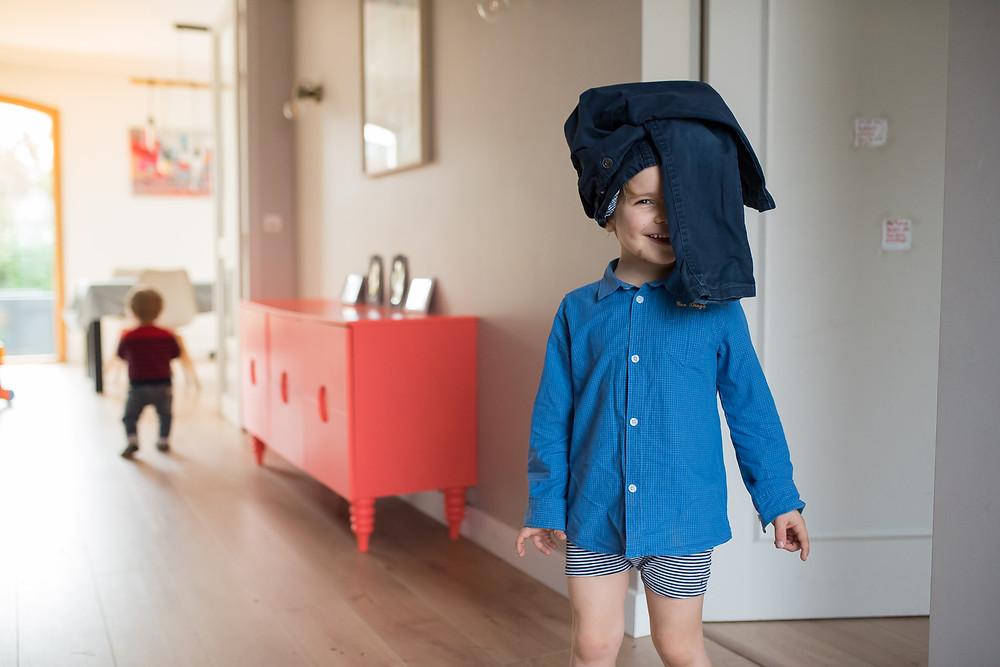 Reportage photo du quotidien - Enfant qui s'habille