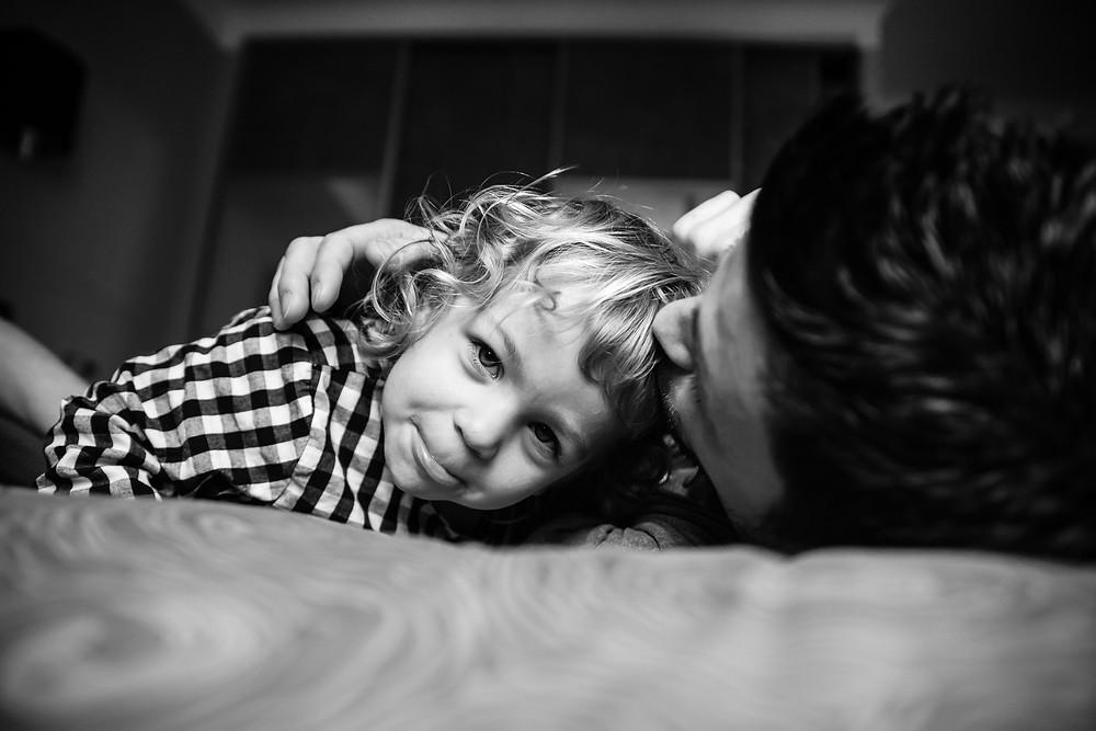 câlins entre un père et sa fille