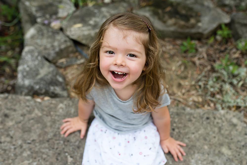 sourire d'une petite fille en extérieur