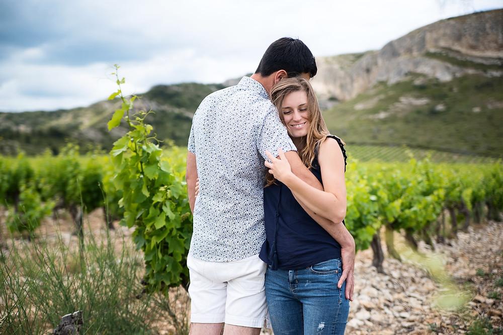 Séance photo Couple Engagement dans les vignes à Eyguières