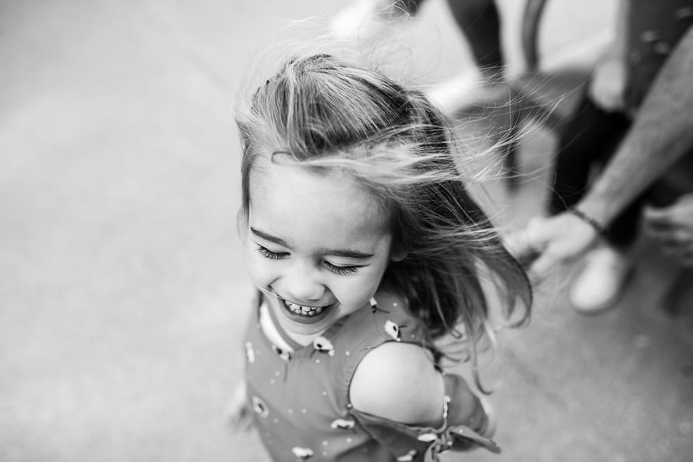 Rire d'une petite fille - portrait en noir et blanc