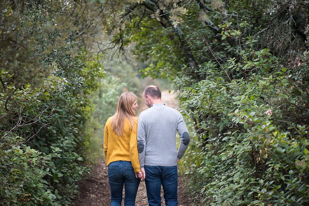 Séance photo de couple en extérieur dans la pinède de Cavaillon