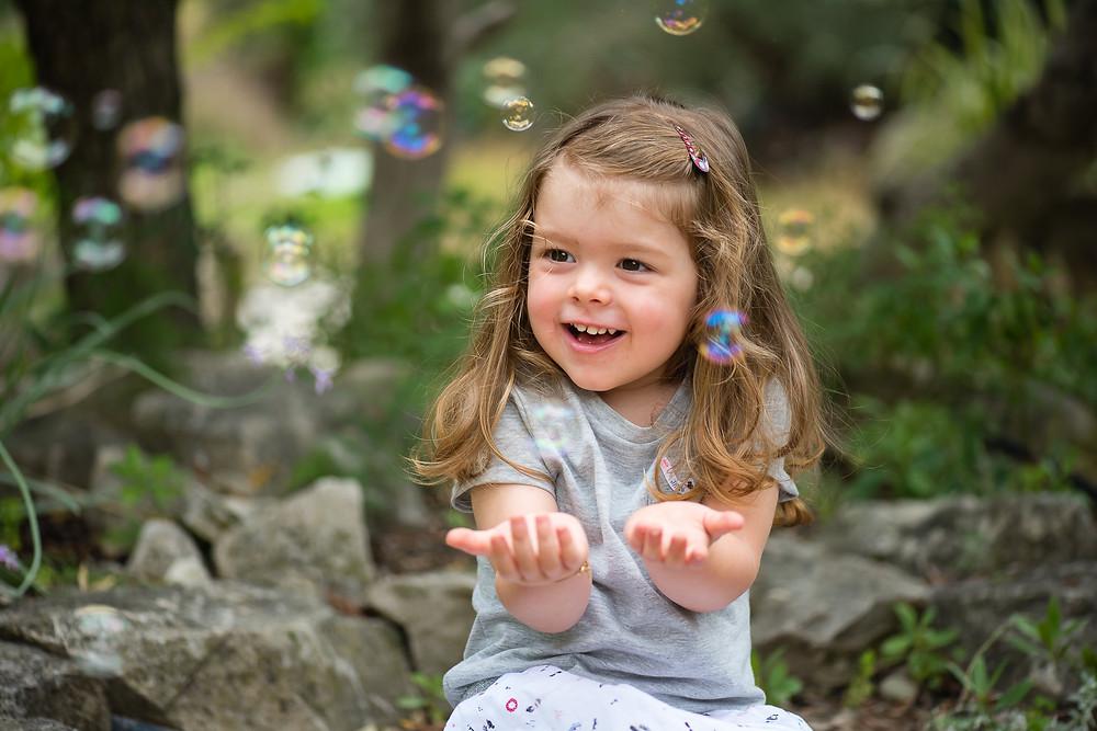 photo d'une petite fille avec des bulles de savon