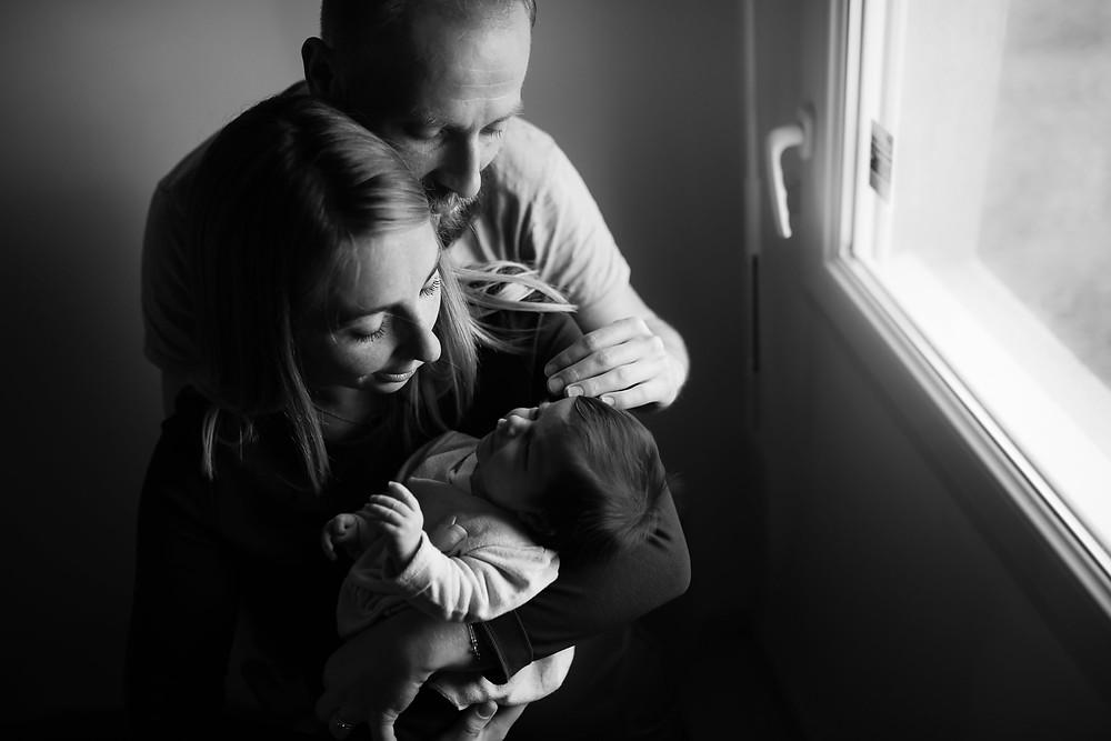 câlin en famille en noir et blanc