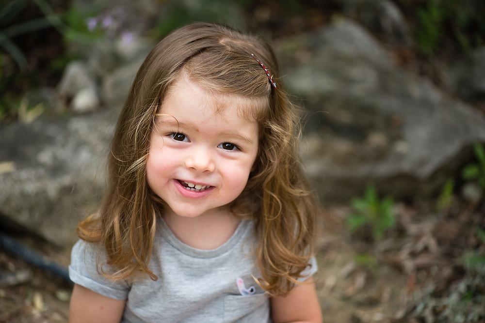 portrait photo d'une petite fille en extérieur