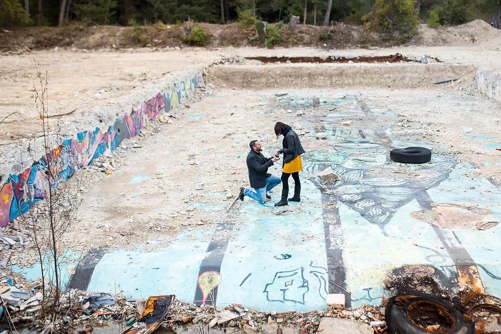 Demande en mariage dans une piscine abandonnée et taguée
