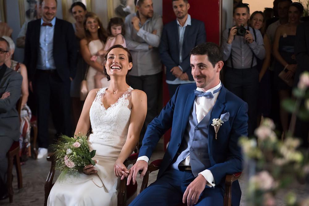 le bonheur des futurs mariés pendant la cérémonie civile