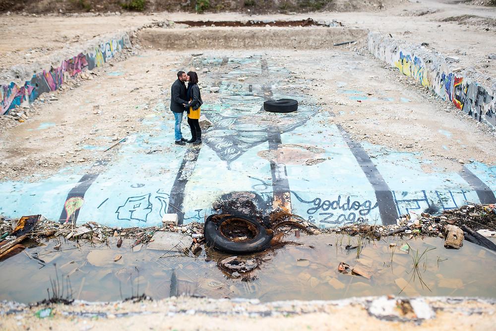 Photos de couple dans une piscine abandonnée