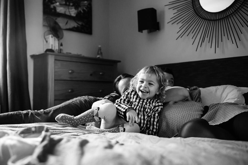 photo de famille: jeux sur le lit de papa et maman
