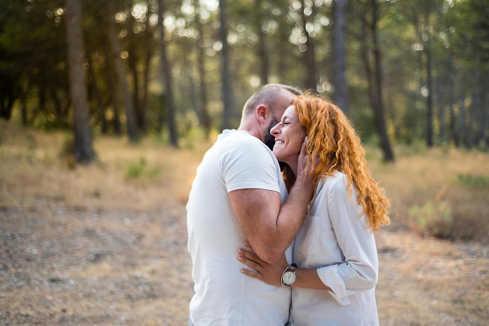 Complicité d'un couple pendant une séance photo