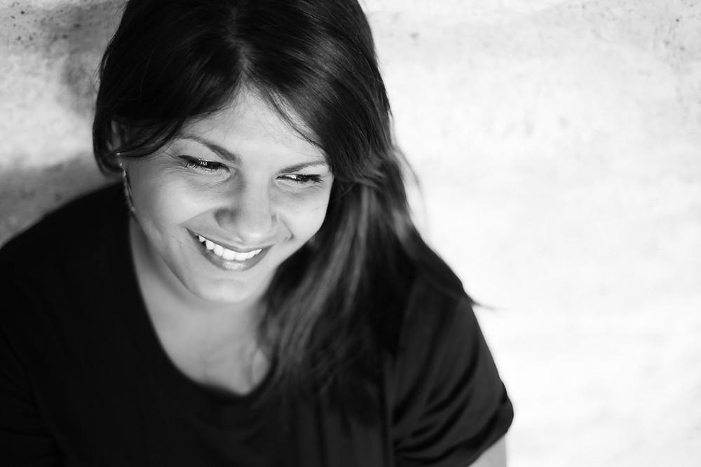Sourie d'une femme en noir et blanc