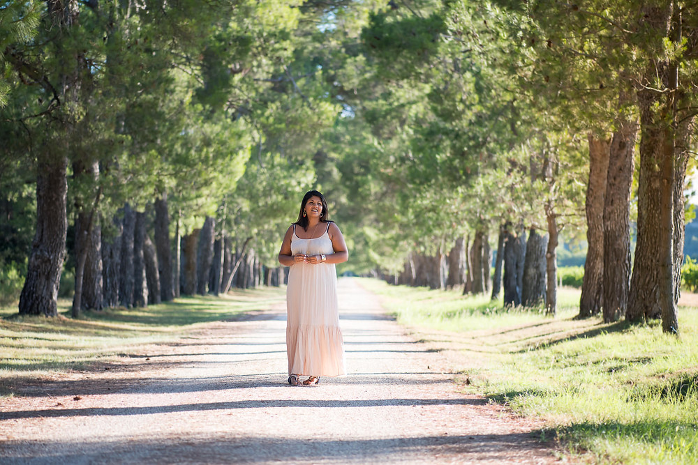 Portrait de femme dans une allée de pins