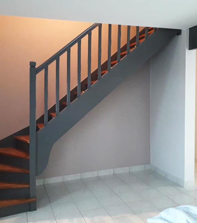 Peinture d'un escalier bois et des murs.